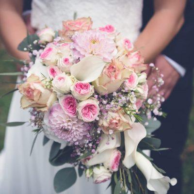 Brautschmuck von Leafinity Brautpaar mit Brautstrauß